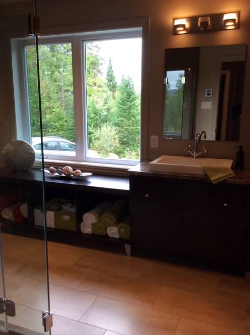 Copier/Coller l'extérieur: Salle de bain de style de style Moderne par IDESIGN Laflamme