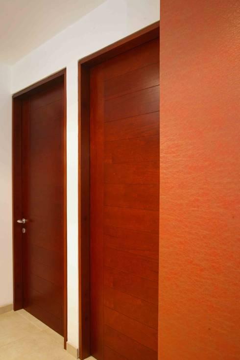 Apartamento 13A: Pasillos y vestíbulos de estilo  por Objetos DAC