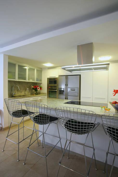 Apartamento 13A: Cocinas de estilo moderno por Objetos DAC