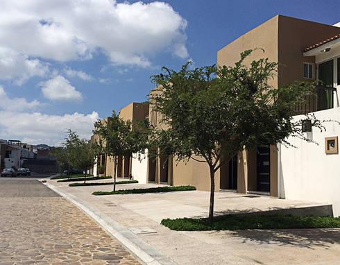 Frente casas: Jardines de estilo mediterraneo por Hábitas