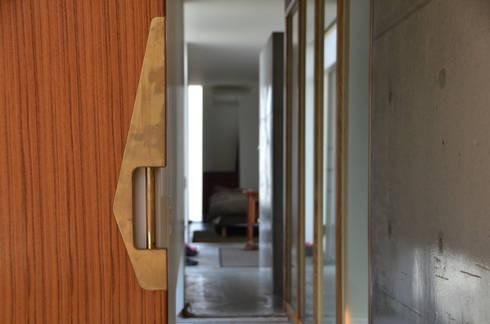 麦畑に囲まれた家: 風景のある家.LLCが手掛けた廊下 & 玄関です。
