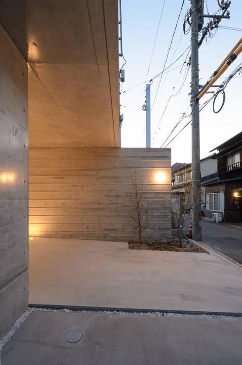 杏子とハナミズキ、コートハウス、中庭、庇: 風景のある家.LLCが手掛けた家です。