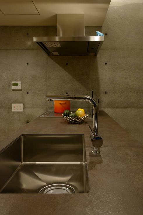杏子とハナミズキ: 風景のある家.LLCが手掛けたキッチンです。