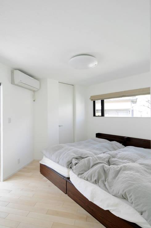 吹抜け螺旋階段の家: 遊友建築工房が手掛けた寝室です。