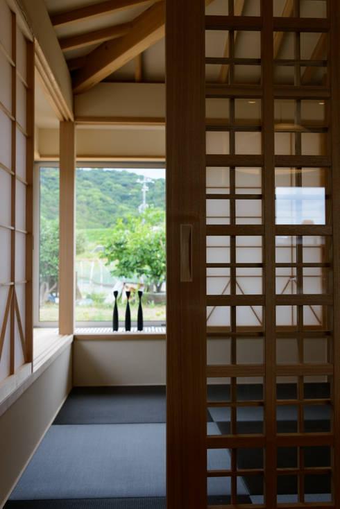 みかんと段々畑: 風景のある家.LLCが手掛けた和室です。