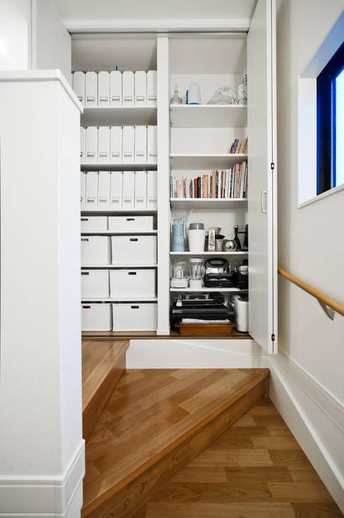 ホワイトモダンと上品シックが似合う家: 遊友建築工房が手掛けた廊下 & 玄関です。
