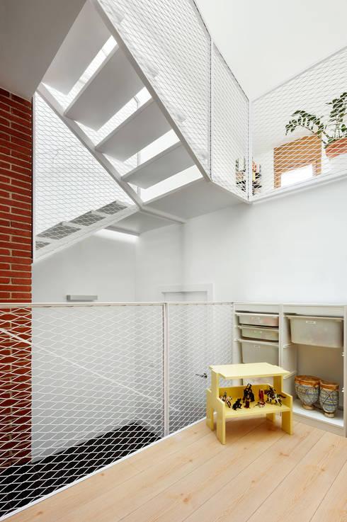 51PIA Reforma de casa entre medianeras al Centro de Sabadell: Pasillos y vestíbulos de estilo  de Vallribera Arquitectes