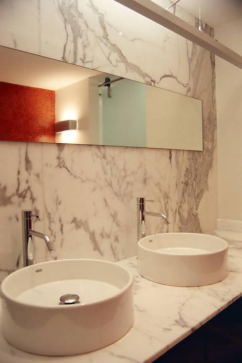 AH - RIMA Arquitectura: Baños de estilo  por RIMA Arquitectura