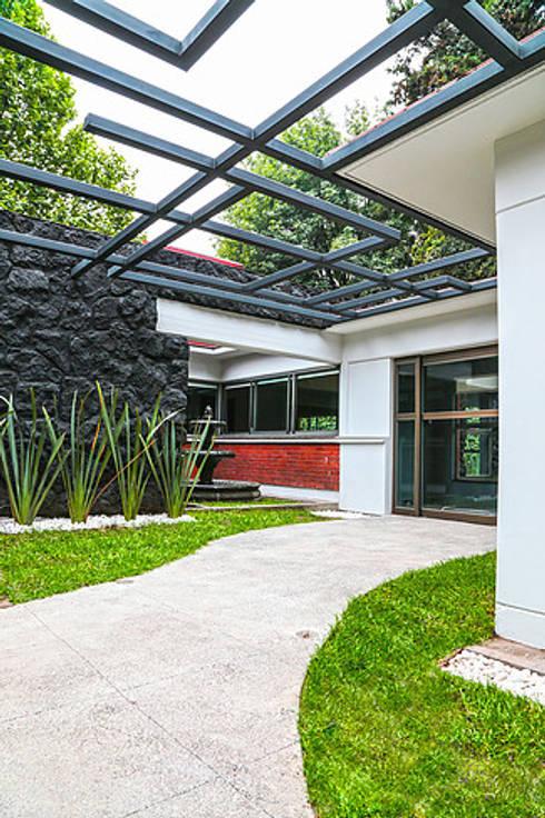 Acceso: Jardines de estilo  por VOLEVA arquitectos