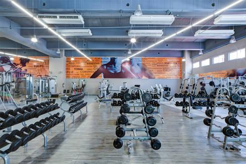 Sportium Santa Fe - RIMA Arquitectura: Gimnasios de estilo moderno por RIMA Arquitectura