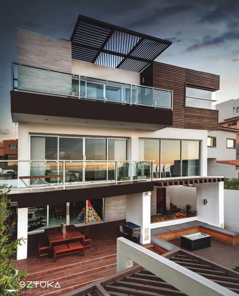 Fachada Posterior : Terrazas de estilo  por SZTUKA  Laboratorio Creativo de Arquitectura