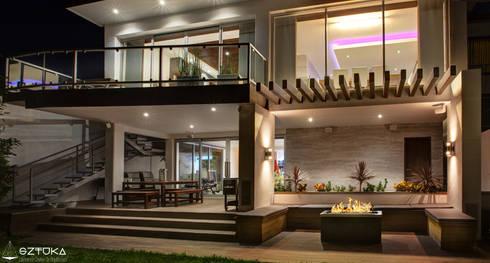 Patio: Casas de estilo moderno por SZTUKA  Laboratorio Creativo de Arquitectura