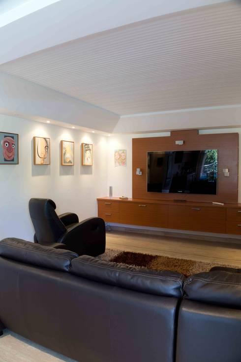 Vivienda 609: Salas de entretenimiento de estilo  por Objetos DAC