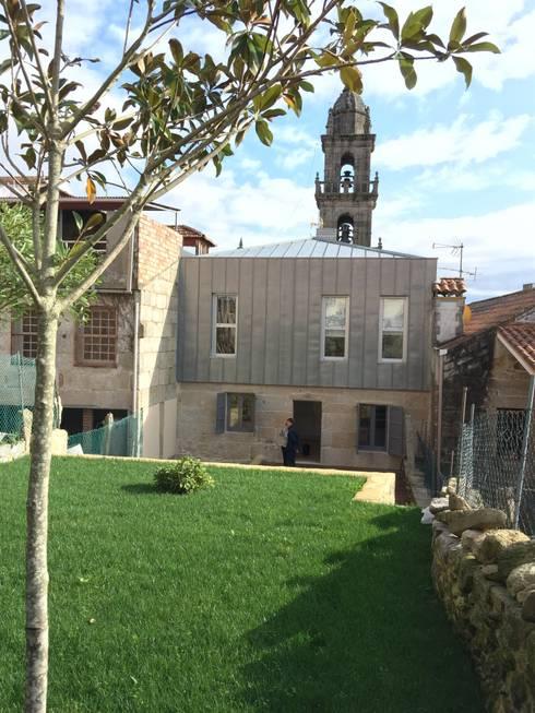 Rehabilitación  de vivienda Unifamiliar.: Jardines de estilo  de HUGA ARQUITECTOS
