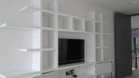 PROYECTO MOBILIARIO. MUEBLES ESPECIALES HOGAR: Estudios y despachos de estilo moderno por La Carpinteria - Mobiliario Comercial