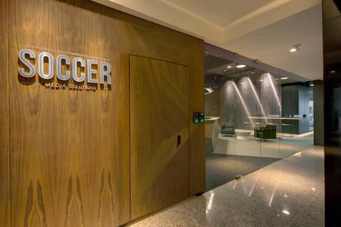 Soccermedia - RIMA Arquitectura: Estudios y oficinas de estilo moderno por RIMA Arquitectura