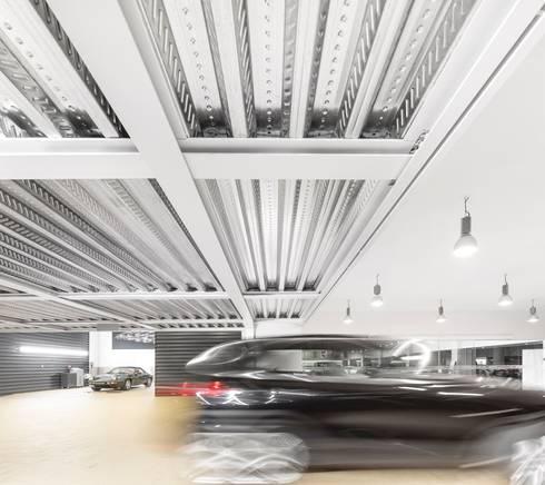 Centro PORSCHE Lisboa: Stands de automóveis  por OW ARQUITECTOS I simplicity works | geral@ow-arquitectos.com