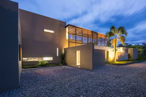 Casa Loma: Garajes de estilo minimalista por David Macias Arquitectura & Urbanismo