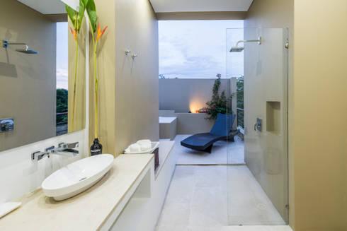 Casa Loma: Baños de estilo minimalista por David Macias Arquitectura & Urbanismo