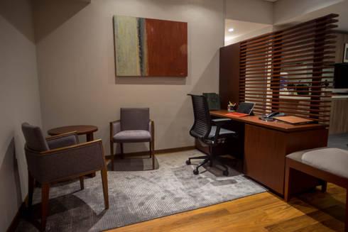 Piso 21: Estudios y oficinas de estilo moderno por Symetri-K