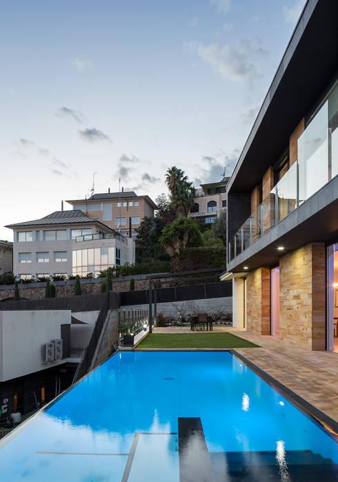 Casa E   08023 architects: Piscinas de estilo  de Simon Garcia   arqfoto