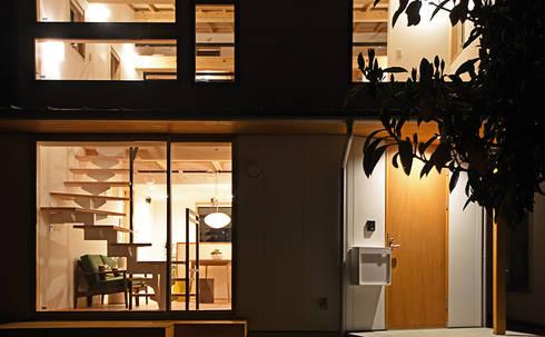 窓からこぼれる柔らかな灯が印象的な外観: 合同会社negla設計室が手掛けた家です。