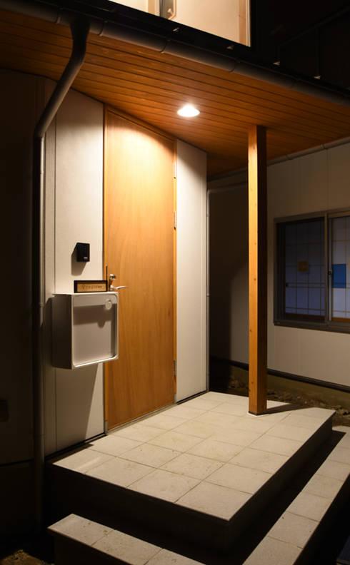 家族を迎え入れるあたたかい印象のポーチ: 合同会社negla設計室が手掛けた家です。