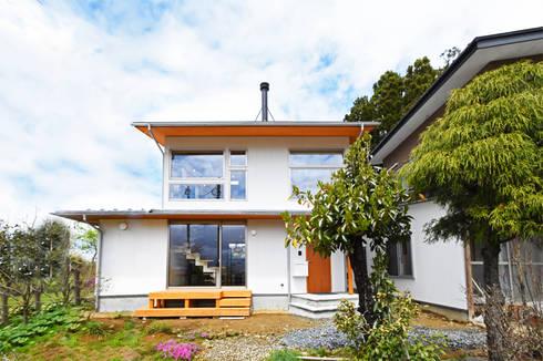大窓と薪ストーブの煙突がアクセントの外観: 合同会社negla設計室が手掛けた家です。