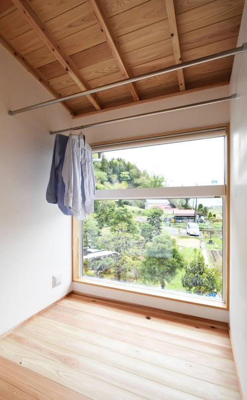 太陽の光を取り込むインナーバルコニー: 合同会社negla設計室が手掛けたサンルームです。
