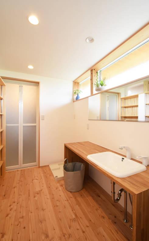 造作家具を配した洗面脱衣室: 合同会社negla設計室が手掛けた浴室です。