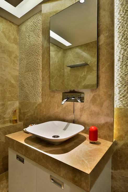 4 Bed Apartment Interior: minimalistic Bathroom by Aum Architects