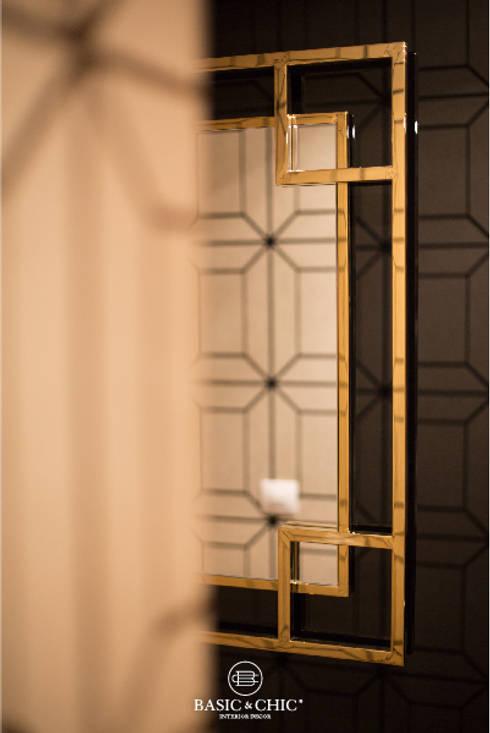 Black & Gold: Corredor, hall e escadas  por Basic & Chic