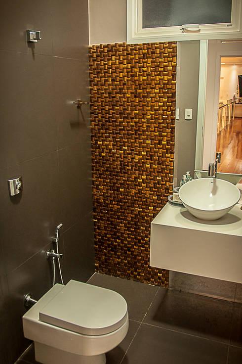 Residência HCF: Banheiros modernos por A/ZERO Arquitetura