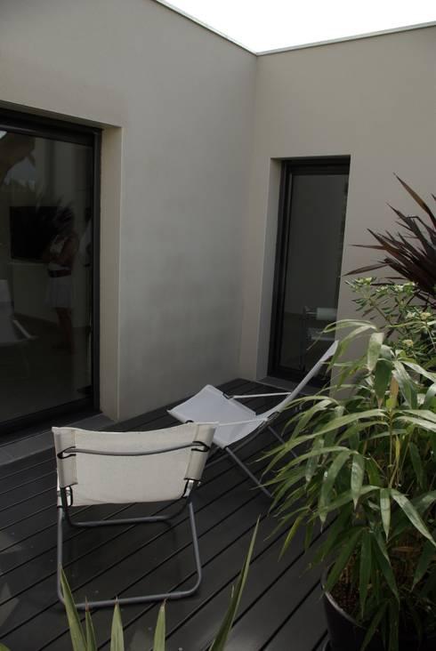 maison cubique moderne avec piscine por pierre bernard cr ation homify. Black Bedroom Furniture Sets. Home Design Ideas