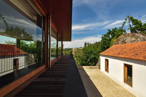 Casa Rui Leal: Casas modernas por Lousinha Arquitectos