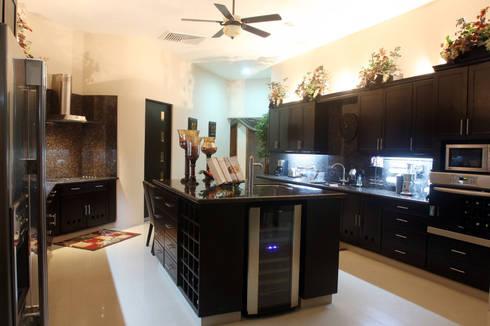 Casa OC: Cocinas de estilo moderno por AIDA TRACONIS ARQUITECTOS EN MERIDA YUCATAN MEXICO