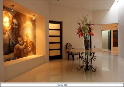 Casa OC: Pasillos y recibidores de estilo  por AIDA TRACONIS ARQUITECTOS EN MERIDA YUCATAN MEXICO