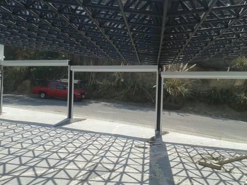 PERSIANA EXTRUSION GAVIOTA PARA COCHERAS: Garajes de estilo moderno por GAVIOTA MEXICO