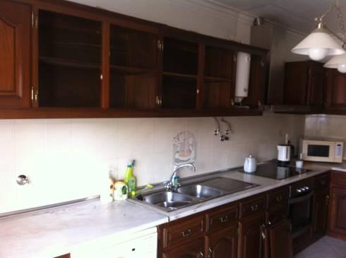 Cozinha antiga em madeira com tampo de marmore:   por Ansidecor