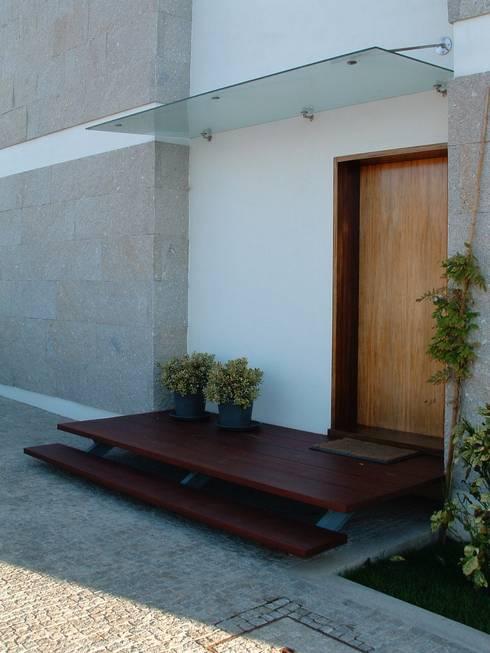 Casa Sá: Janelas   por Lousinha Arquitectos