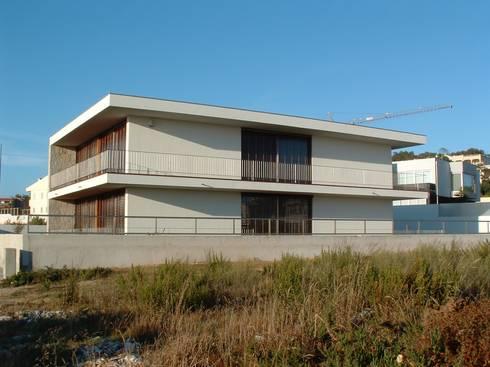 Casa Sá: Casas modernas por Lousinha Arquitectos