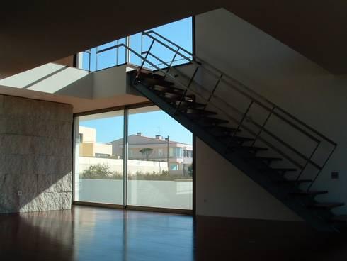 Casa Sá: Corredores e halls de entrada  por Lousinha Arquitectos