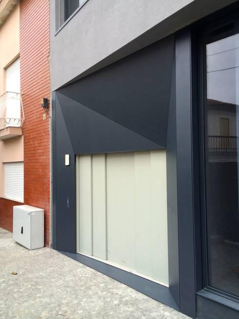 Edifício Lousada: Garagens e arrecadações minimalistas por Lousinha Arquitectos