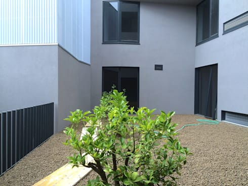 Edifício Lousada: Jardins minimalistas por Lousinha Arquitectos