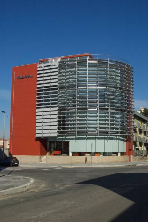 Edifício Empril: Casas modernas por Lousinha Arquitectos