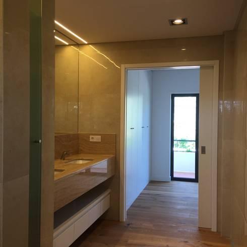 Casa de banho Suite: Casas de banho modernas por HighPlan Portugal