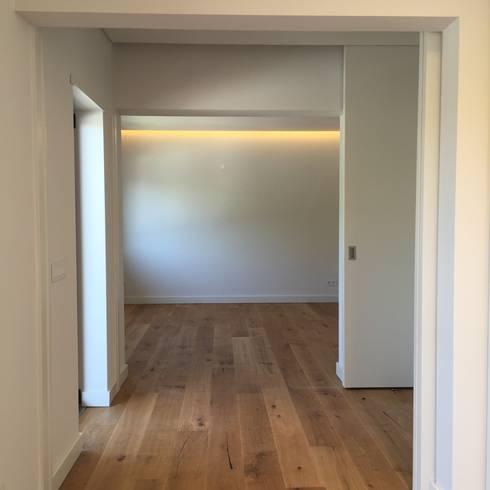Suite: Quartos modernos por HighPlan Portugal