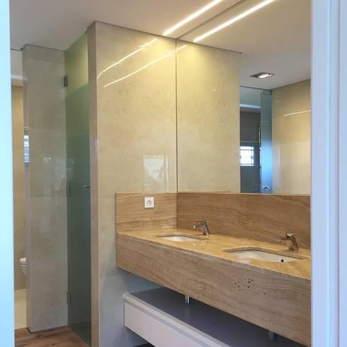 Moradia em Lisboa – Alvalade: Casas de banho modernas por HighPlan Portugal