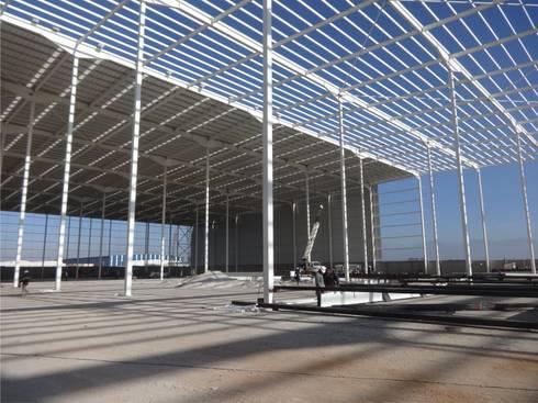Nave industrial : Estudios y oficinas de estilo industrial por idA Arquitectos