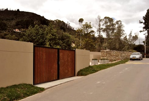 Casa Vittoria Prima: Ventanas de estilo  por Javier Pareja arquiteco
